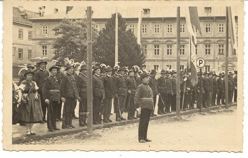 Die Ampasser Schützen unter Hptm. Josef Kaltenhauser bei einem Ausrücken  am Platz vor der Innsbrucker Hofburg (um 1930).