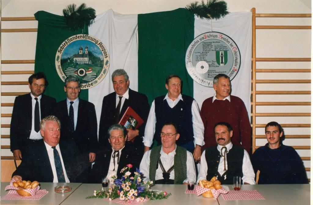 Ausschussmitglieder: Vorne v.l.: Kurt Oberhauser, Erich Pfeifer, Ludwig Steixner (+ 1992), Josef Pienz, Hannes Fasching ; stehend v.l.: Hans Hofer, Herbert Köchl, Franz Johann Mair, Karl Fasching, Willi Streiter;