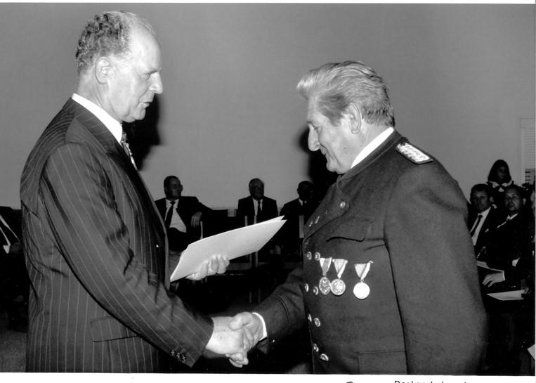 Landeshauptmann  Dr. Alois Partl überreicht die Landes-Verdienstmedaille  an OSM Erich Pfeifer sen.- 15.August 1990