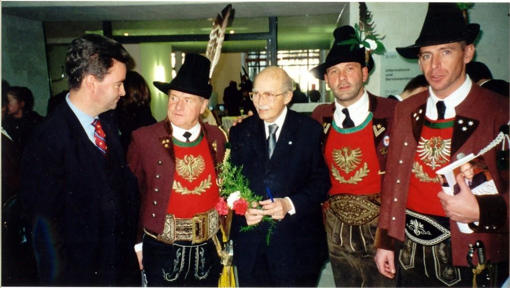 v.l.: Karl v.  Habsburg, Hptm. Alois Steixner,  Dr. Otto v. Habsburg, Fähnrich Heinz Pienz,  Obmann Heinz Baumgartner jun.  17.11.2002
