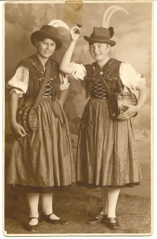 Stephanie Gruber (nachmalige Ehefrau des Schützenhauptmannes Georg Wallner) und Josefine Angerer (Schwester der Römerwirtin Marianne Wolf geb. Angerer)