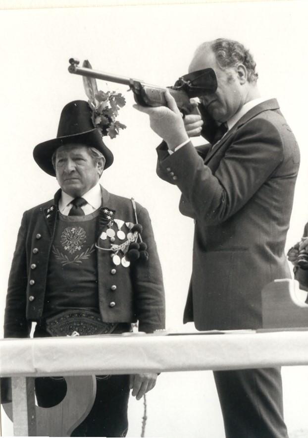 Landeshauptmann Dr. Alois Partl beim Schuss auf die Ehrenscheibe, würdevoll sekundiert von OSM Erich Pfeifer (Schießstanderöffnung 1969)